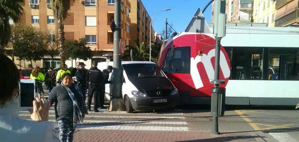 Dos heridos al chocar un tranvía contra una furgoneta en Marxalenes