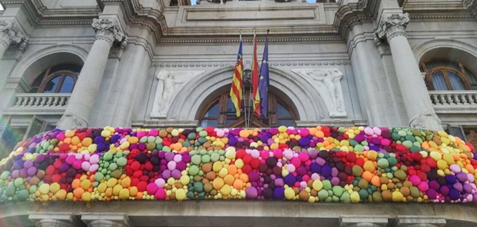 El balcón multicolor del Ayuntamiento de Valencia