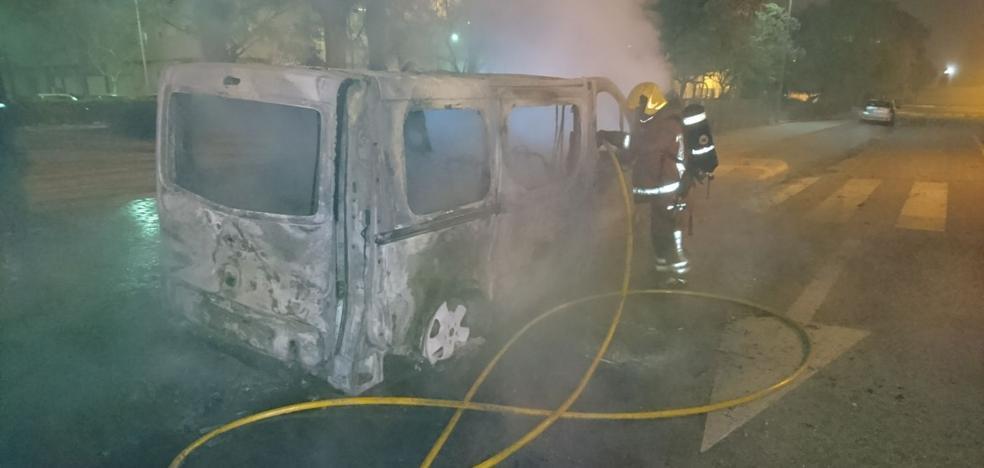 Arden dos vehículos de madrugada en Aldaia