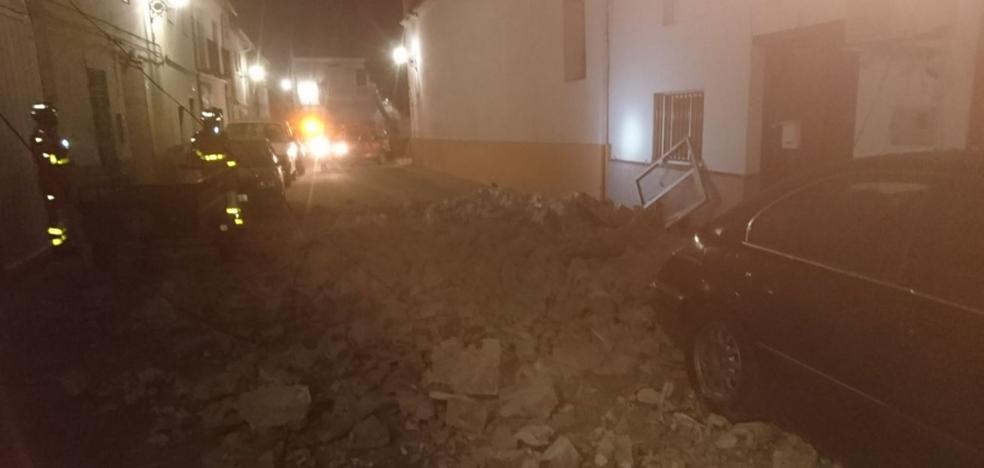 El hundimiento de una casa abandonada en Vallés obliga a desalojar a los dueños de una colindante