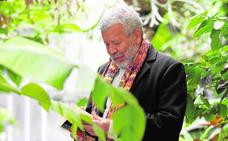 Willy Ramos, meditación entre plantas y libros