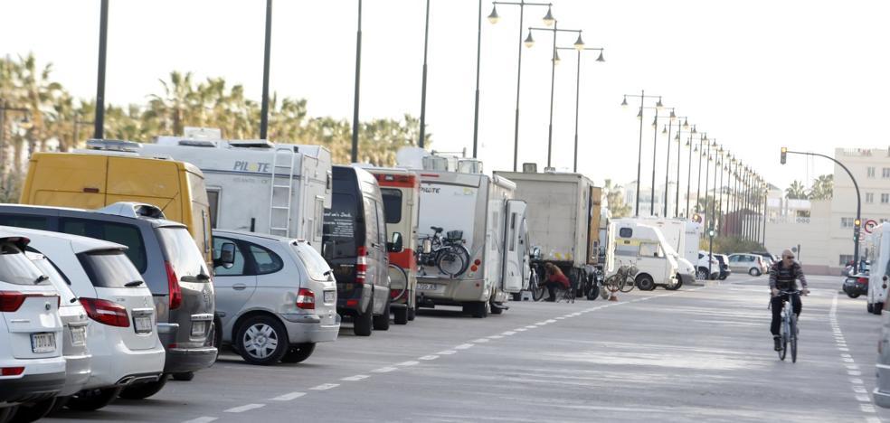 Las autocaravanas toman la playa de la Malvarrosa
