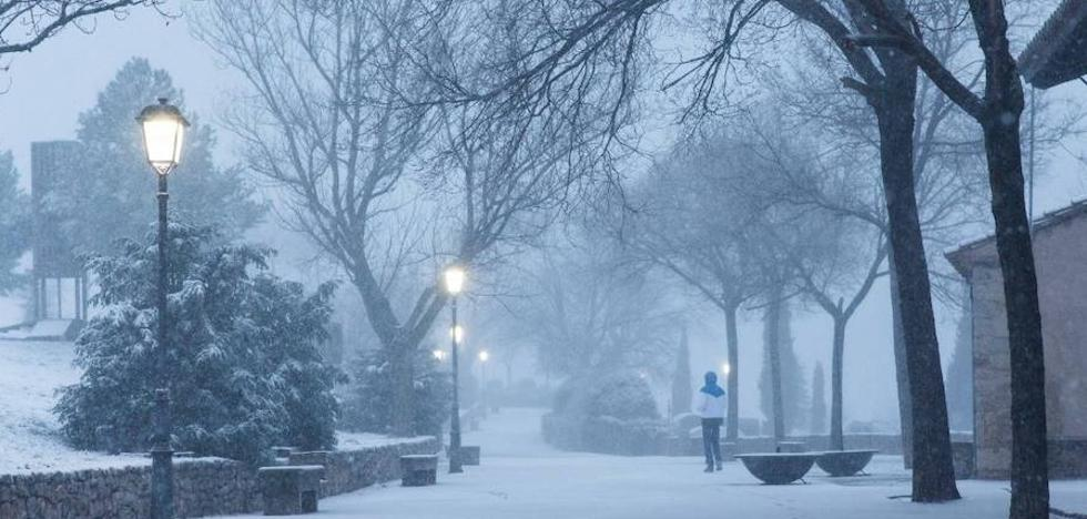 La nieve atrapa coches y obliga a circular con cadenas en la Comunitat