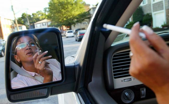 Los médicos piden a la DGT que se prohíba fumar si se conduce
