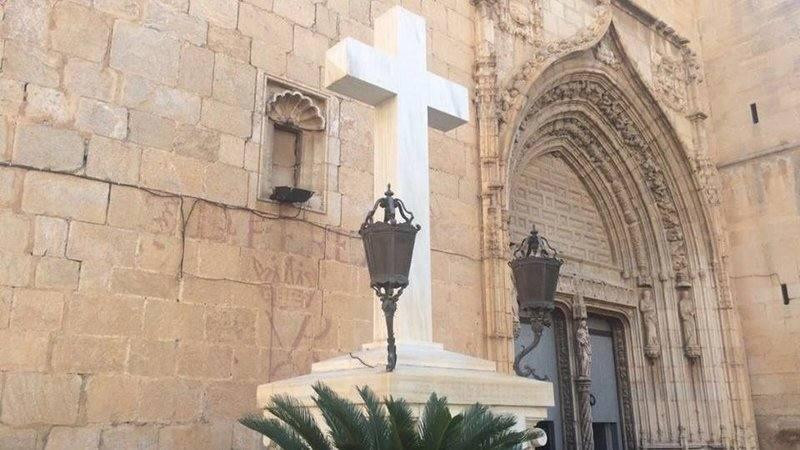 Fotos de la retirada de la cruz franquista de Callosa de Segura