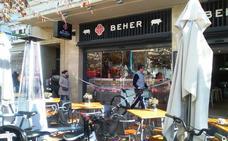 Dos ladrones asaltan en 10 segundos una cafetería en la plaza del Ayuntamiento