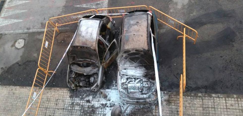Un incendio calcina dos coches y afecta a otro en la pedanía de Pamis en Ondara