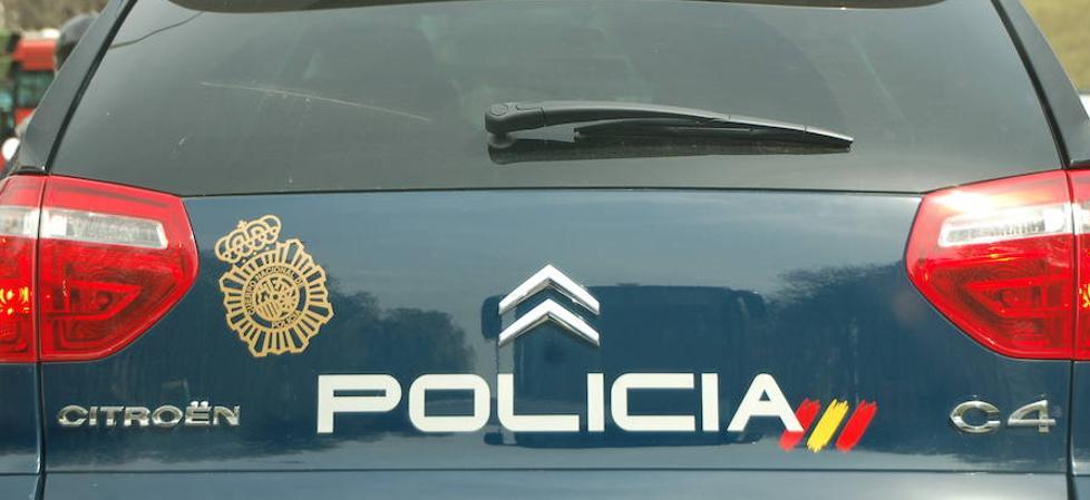 Circula por la avenida del Puerto drogado y sin carnet y tras embestir a otro coche agrede con un bate y roba a la conductora