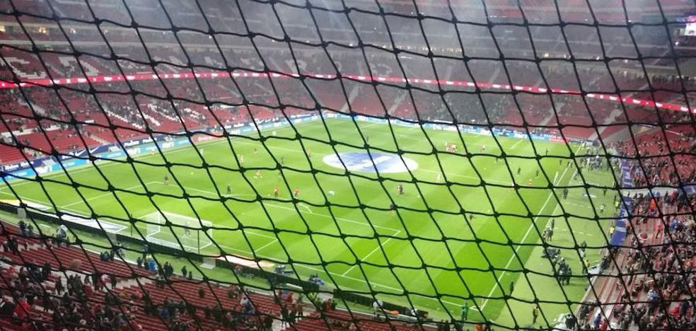 Los aficionados del Valencia pagan 60 euros para ver el partido tras una red