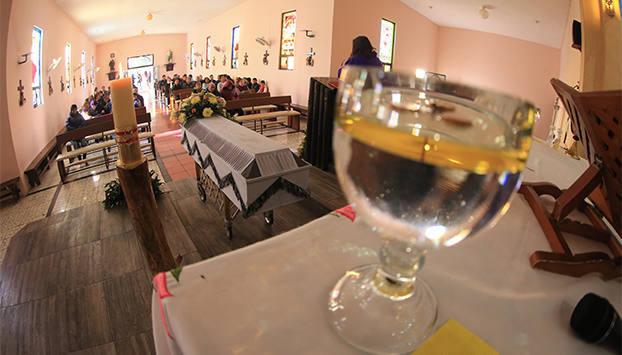 Fotos de la soledad de un hombre en el velatorio de su esposa que desata la solidaridad de las redes