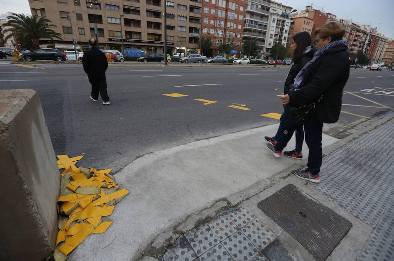 Los pasos de cebra se despegan en la avenida del Cid