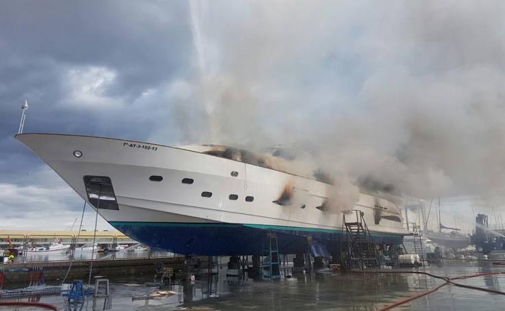 Fotos del incendio de un yate de lujo en el puerto de Alicante