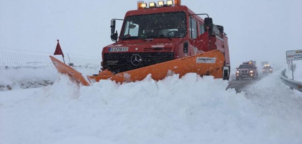 La nieve deja a camioneros atrapados y aísla pueblos