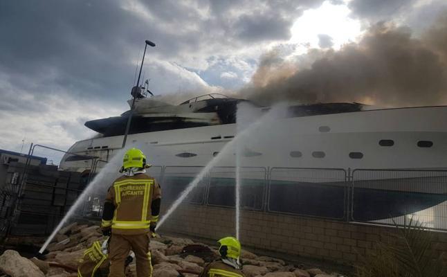 10 intoxicados por humo tras el incendio de un yate de lujo en Alicante