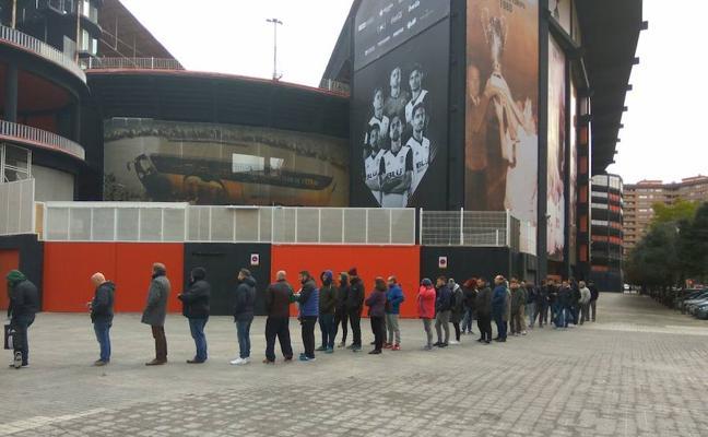 Colas en Mestalla para sacar entradas para la Copa