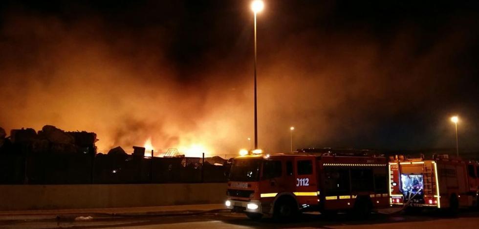 Controlado el incendio declarado anoche en una empresa de reciclaje de Benaguasil