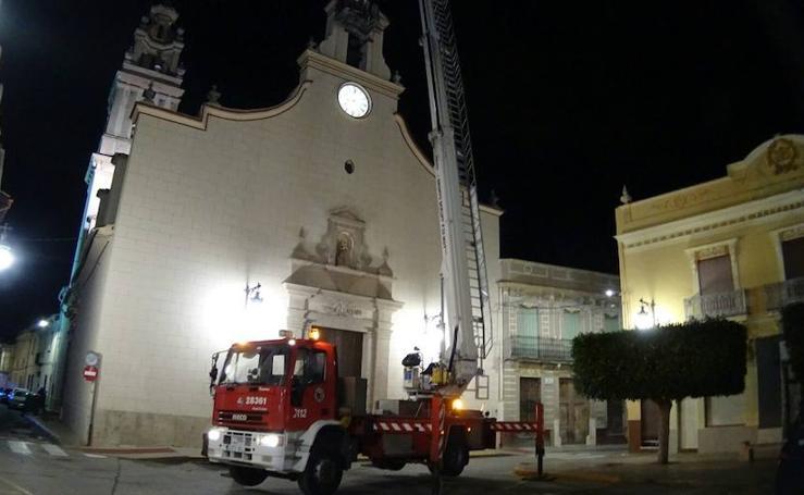 Fotos del rescate de ocho palomos deportivos en el campanario de la iglesia de Sollana