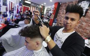 Ever Dubon, el barbero solidario de Valencia