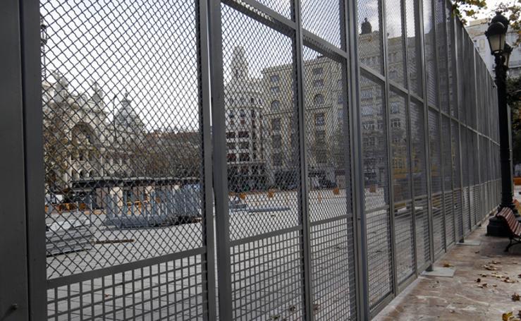 Fotos de la valla de seguridad para mascletaes en la plaza del Ayuntamiento