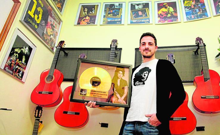 Fotos de las guitarras valencianas que toca Sting