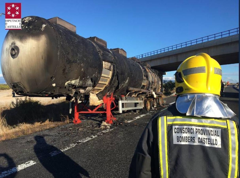 Fotos del incendio del camión que ha obligado a cortar la AP-7