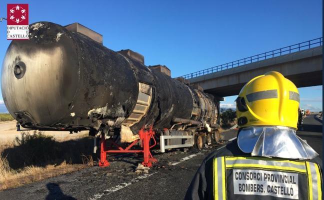 La AP-7, cortada en Vinaròs por el incendio de un camión cargado de mercancías peligrosas