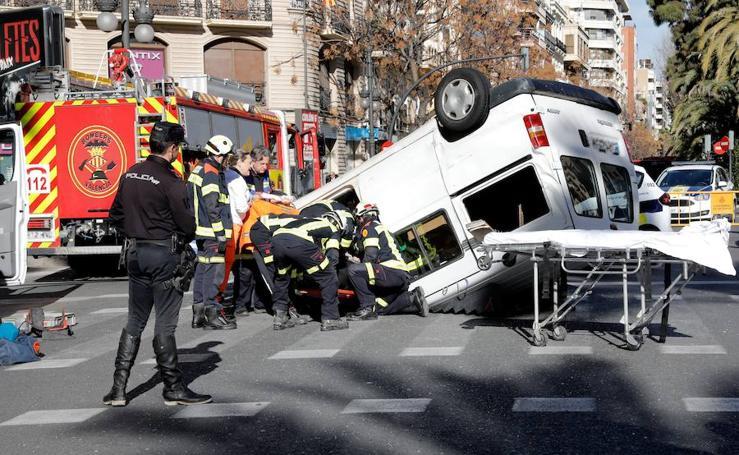 Fotos del vuelco de una furgoneta en Valencia, entre la Gran Vía Germanías y la calle Ruzafa