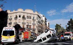 Una furgoneta vuelca en el cruce de Germanías con Ruzafa tras chocar con un turismo