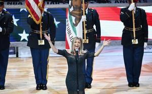 Fergie pide disculpas por su 'sensual' interpretación del himno nacional de EEUU