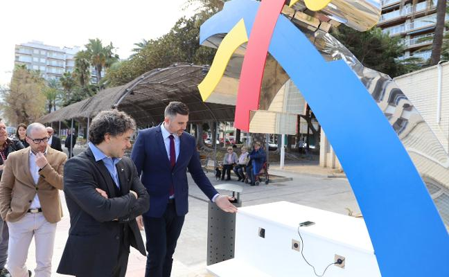 Cullera instala su primer punto de carga gratuita para teléfonos móviles junto a la playa