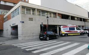 Dos policías reducen a un joven que mostraba un cuchillo en el Hospital Clínico