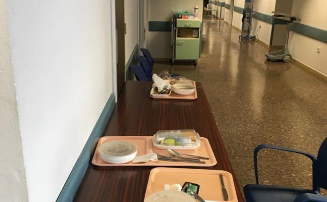 Comida en pasillos del Clínico por falta de mesa en las salas habilitadas para ingreso