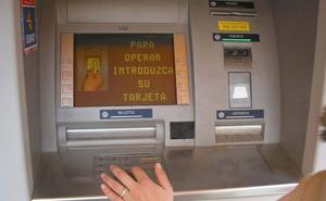 Se encuentra la cuenta bancaria vacía y descubre que sus compañeros de piso se lo han robado todo