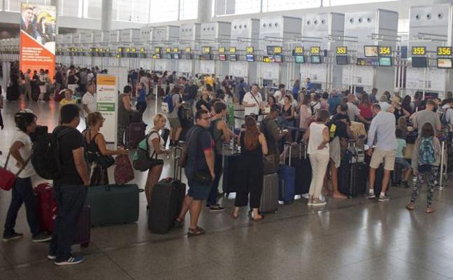 Detenida una limpiadora por quedarse con dos pulseras de oro de una pasajera en el aeropuerto de Málaga