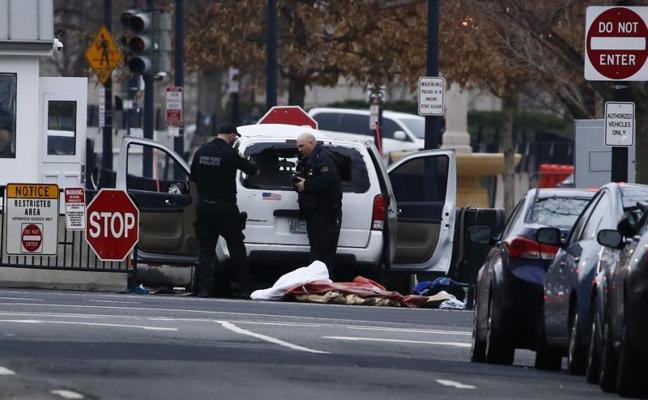 Detienen a una mujer por estrellar su furgoneta contra una barrera de seguridad de la Casa Blanca