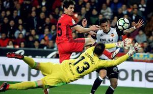 Santi Mina impulsa al Valencia