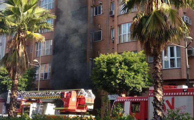 Seis atendidos por inhalación de humo, dos de ellos niños, en el incendio de un garaje de Peris y Valero