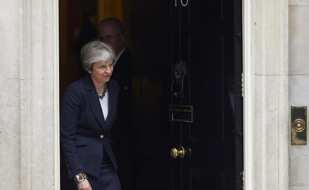Theresa May sale del 10 de Downing Street.