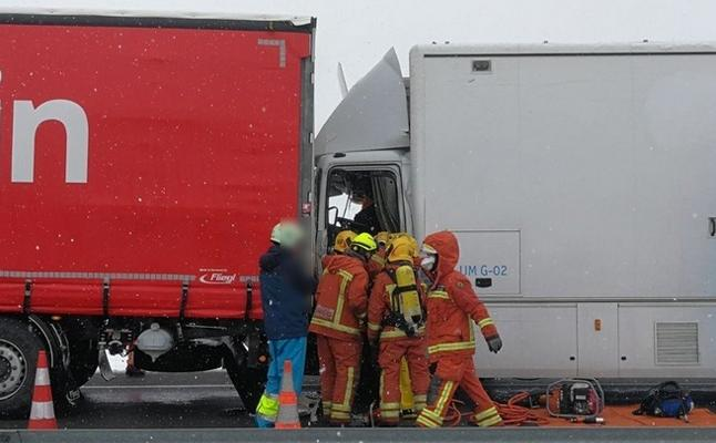 Un camión con carga tóxica choca con otro y se cierra un carril de la A-3 en Caudete de las Fuentes