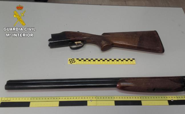 Un hombre apunta a varias personas por la calle con una escopeta cargada en Burriana