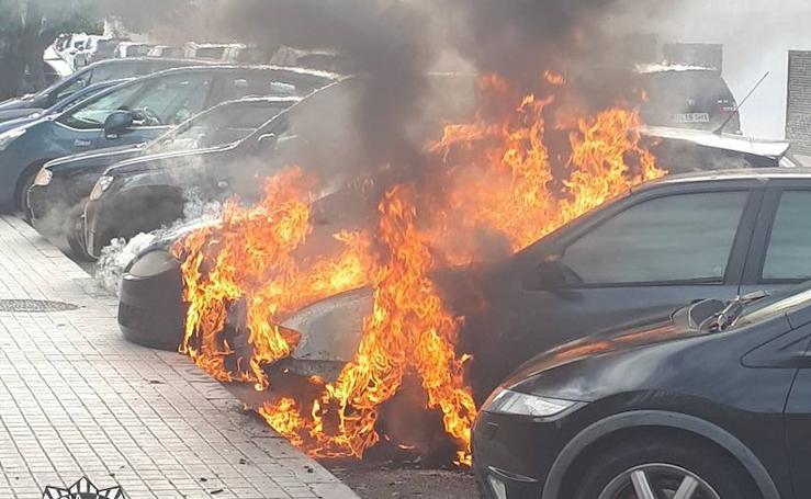 Incendio de tres coches en una calle de Alboraya