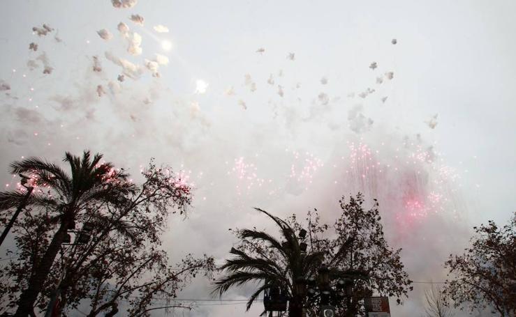 La pirotecnia Vulcano pinta de color un cielo gris en la mascletà del sábado 3 en Valencia
