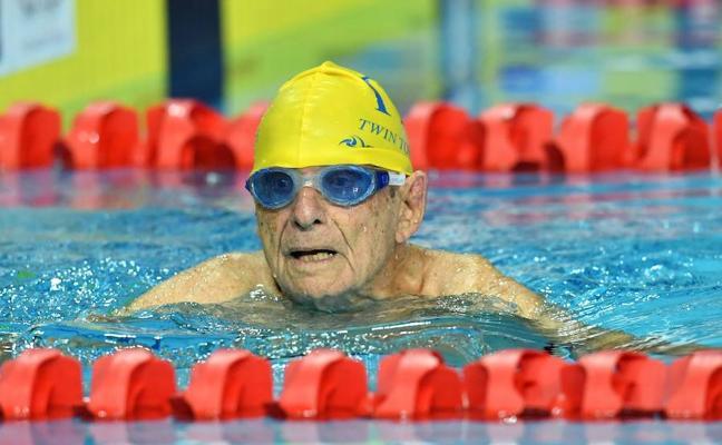Un nadador de 99 años rompe el récord del mundo de estilo libre