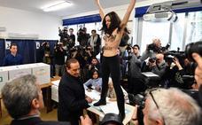 Una activista de Femen increpa semidesnuda a Berlusconi