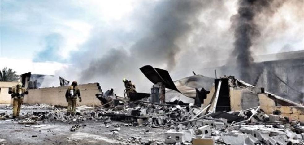 Un incendio calcina completamente una fábrica de neumáticos