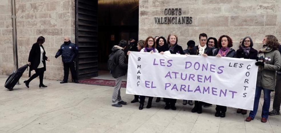 El pleno de Les Corts: carteles de 'Yo paro' y sin conselleras ni 26 diputadas