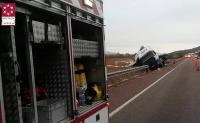 Un camión de mercancías peligrosas vuelca en la N-340 en Santa Magdalena y derrama la carga de un bidón