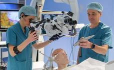 Operar un tumor cerebral con la voz y los gestos