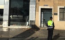 Se desprende la placa de la fachada de una finca entre Giorgeta y San Vicente