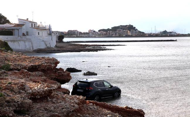 Un coche cae al mar en la zona de Las Rotas en Dénia
